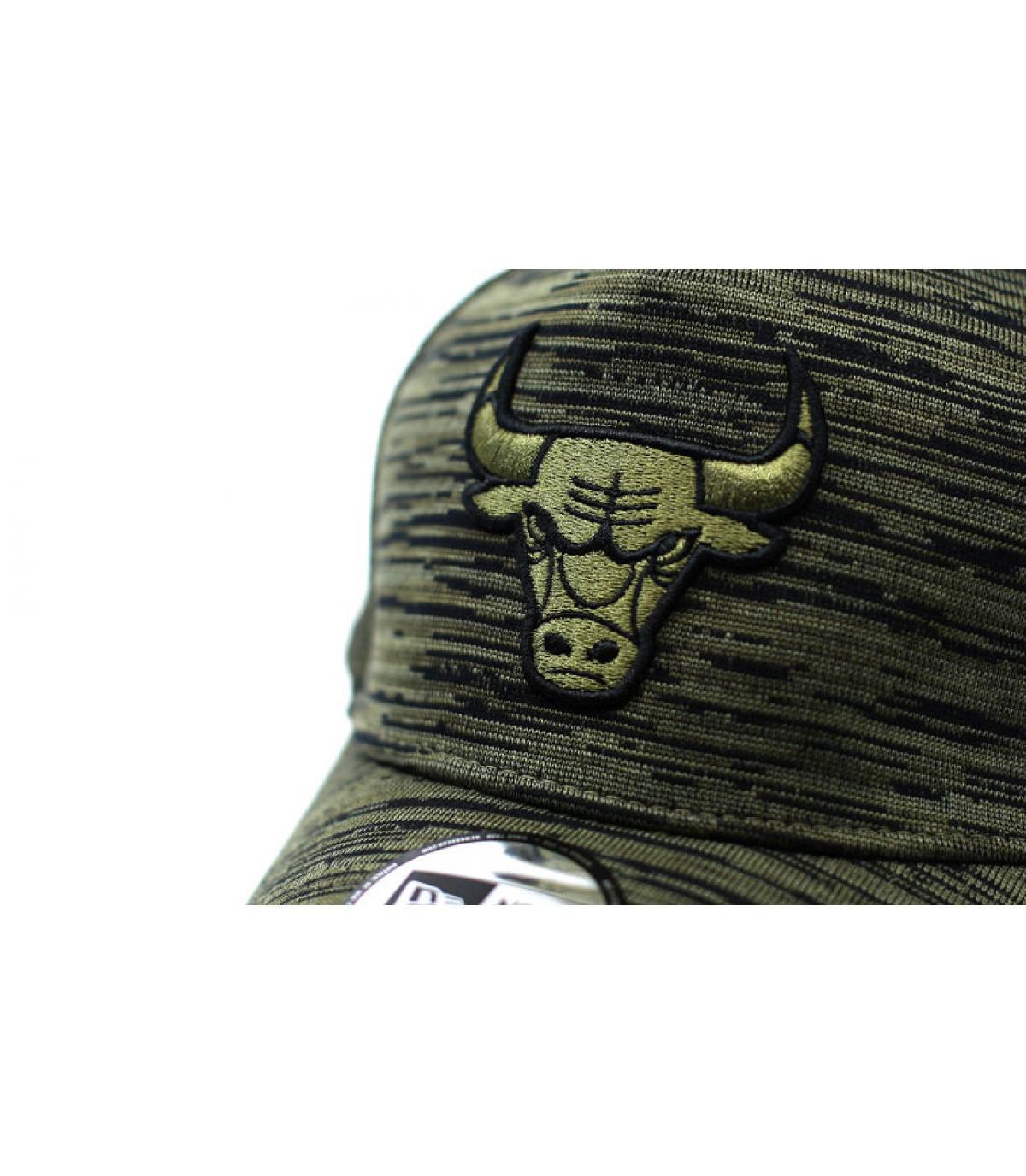 Detalles Engineered Fit Bulls Aframe olive imagen 3