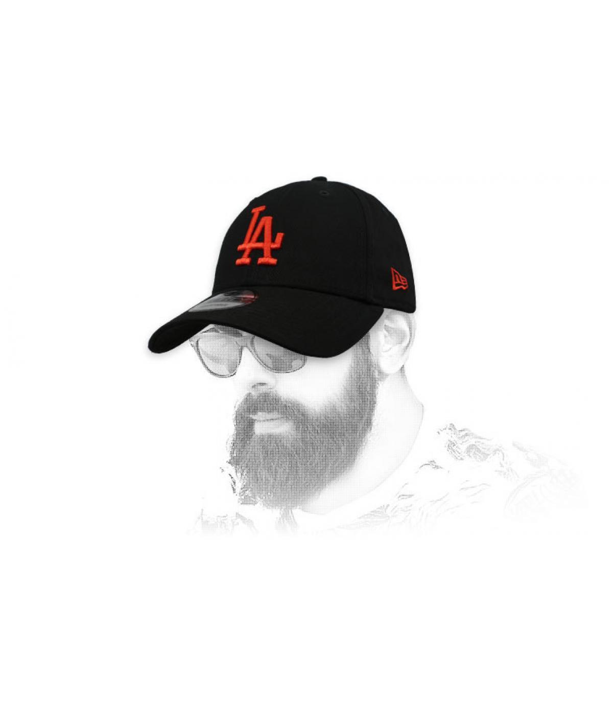 gorra LA negro rojo