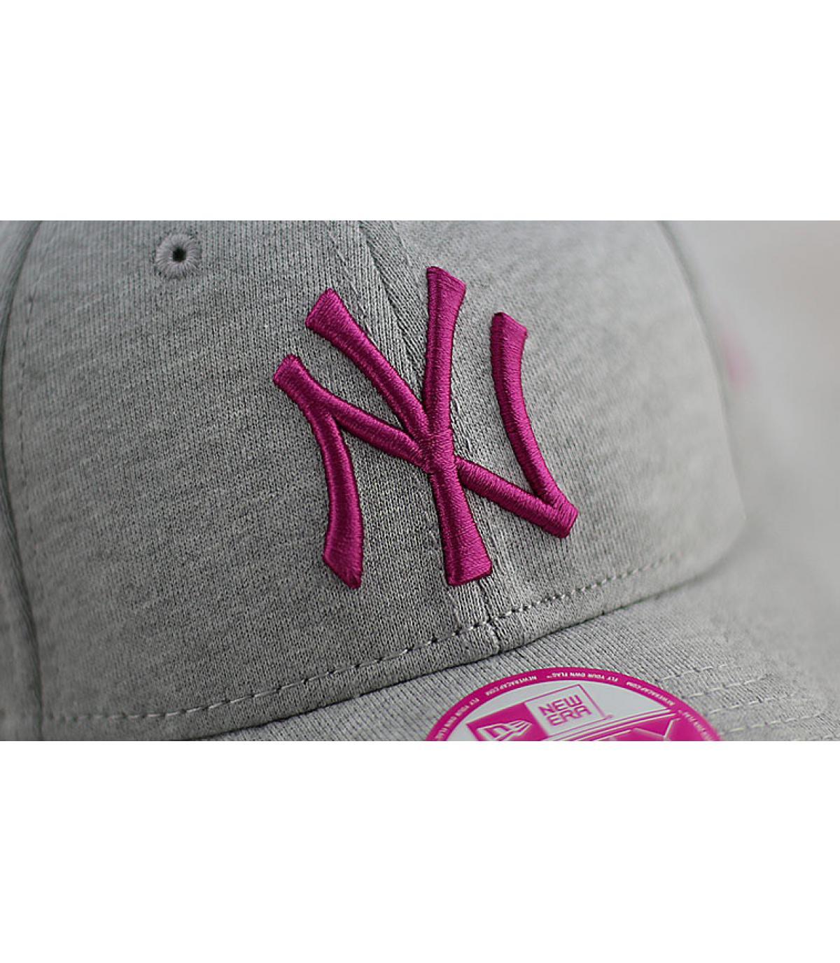 5c2a437261af4 Trucker mujer New Era rosa. Detalles Gorra mujer NY jersey 9forty gris rosa  imagen 4 ...