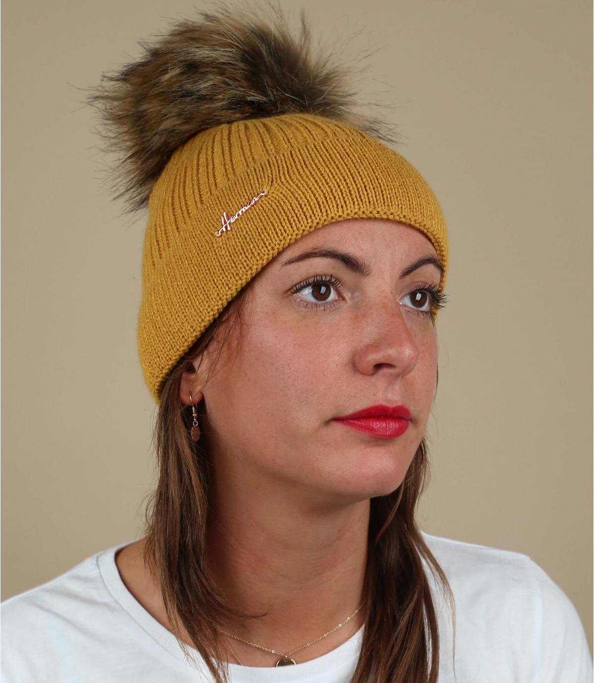 gorro amarillo pompón pelo