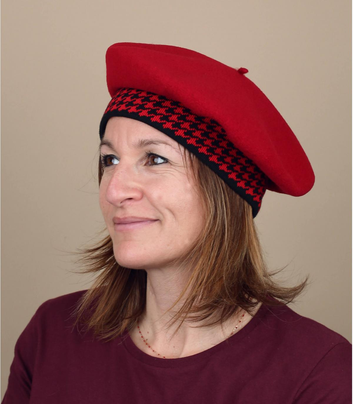 boina roja mujer