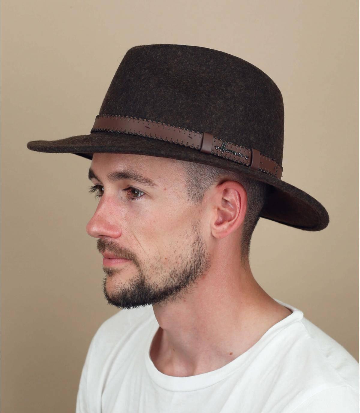 sombrero de fieltro marrón