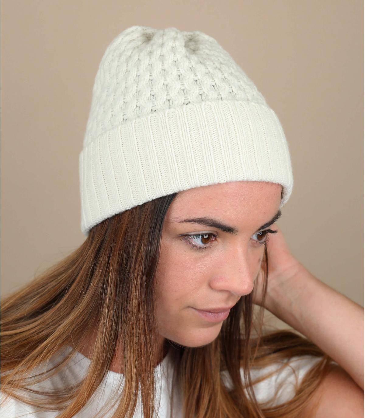 Este precioso gorro con puño de lana de cordero en color crudo aporta un confort cálido y suave y un tono brillante a tus conjuntos de invierno. Una prenda indispensable de cara al frío, fabricada en Escocia.
