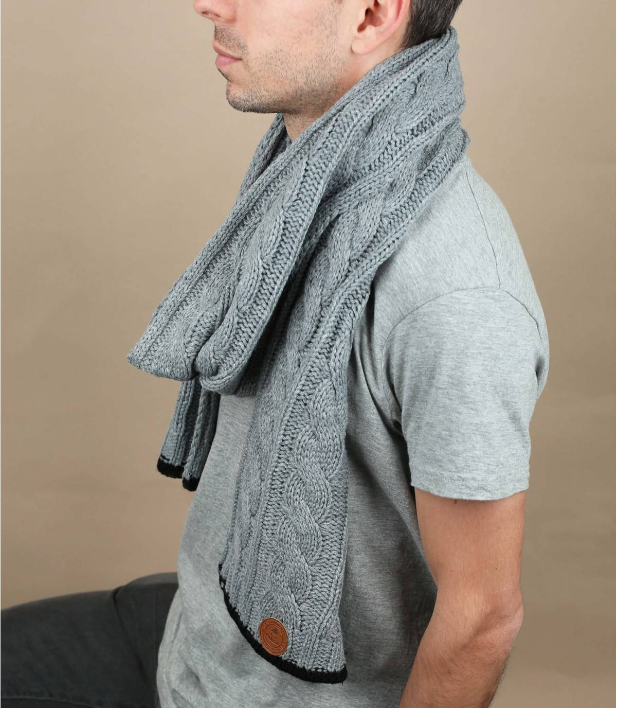 bufanda gris trenzada