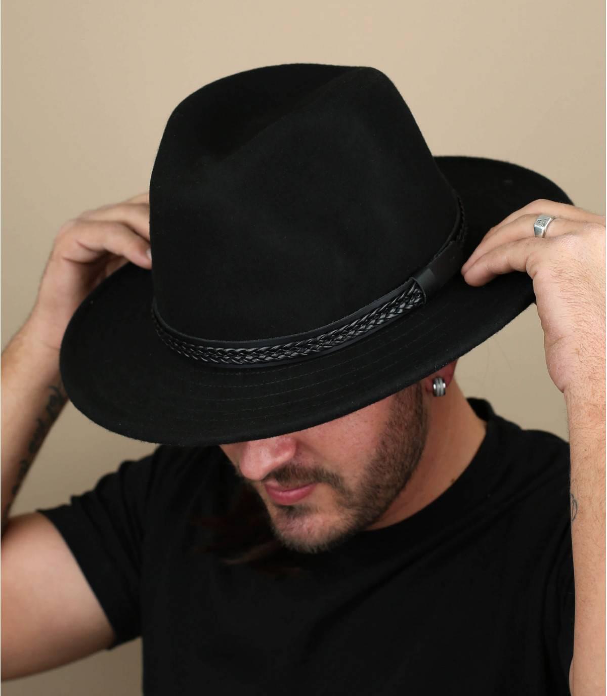sombrero de fieltro negro