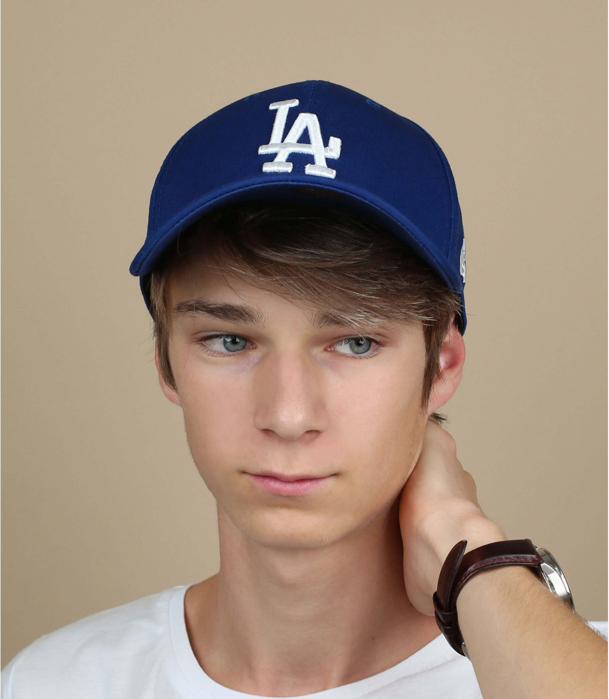 LA inclinación visera de gorra azul