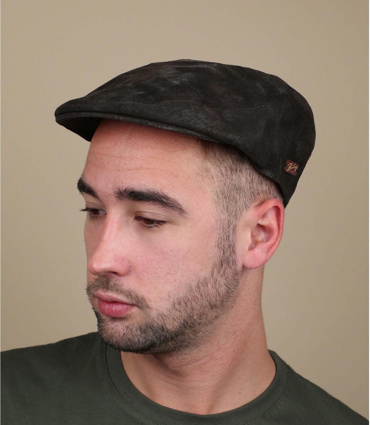 casquillo plano de cuero marrón