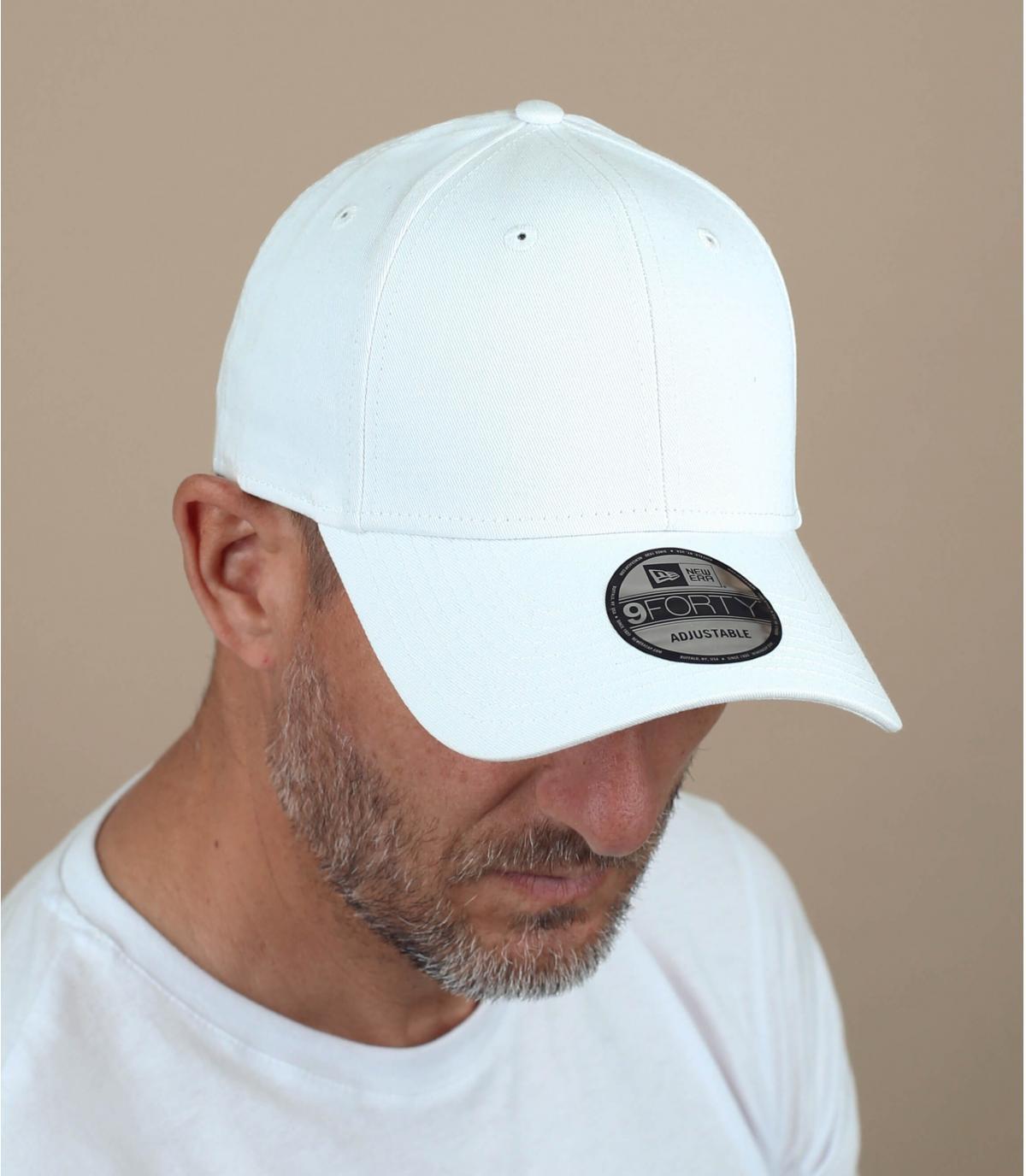 gorra blanca con visera curvada