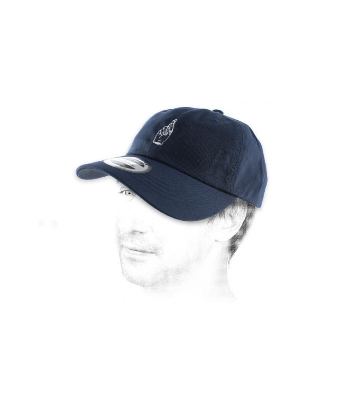 dedos cruzados gorra azul