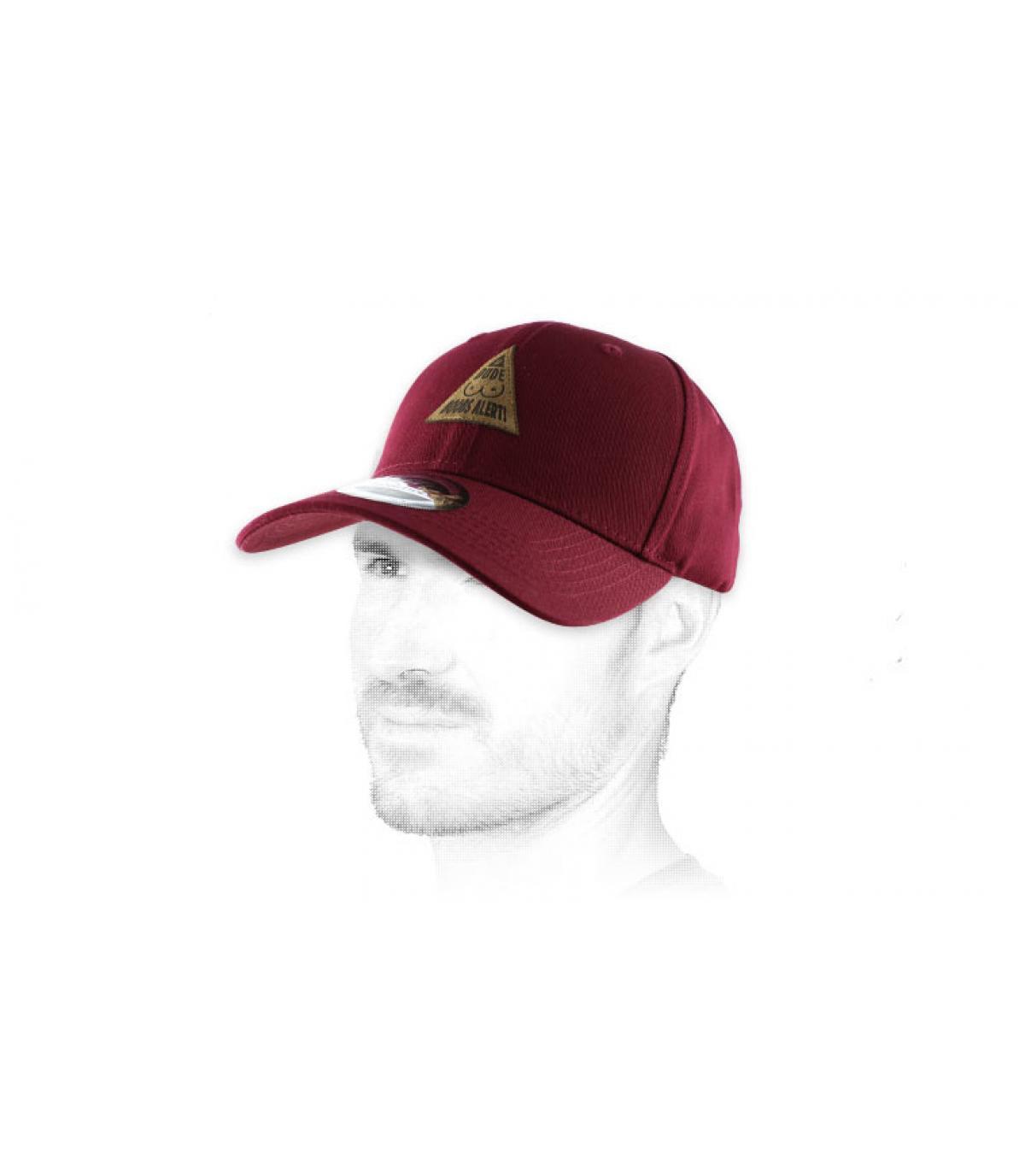 gorraa de color borgoña curva de tetas