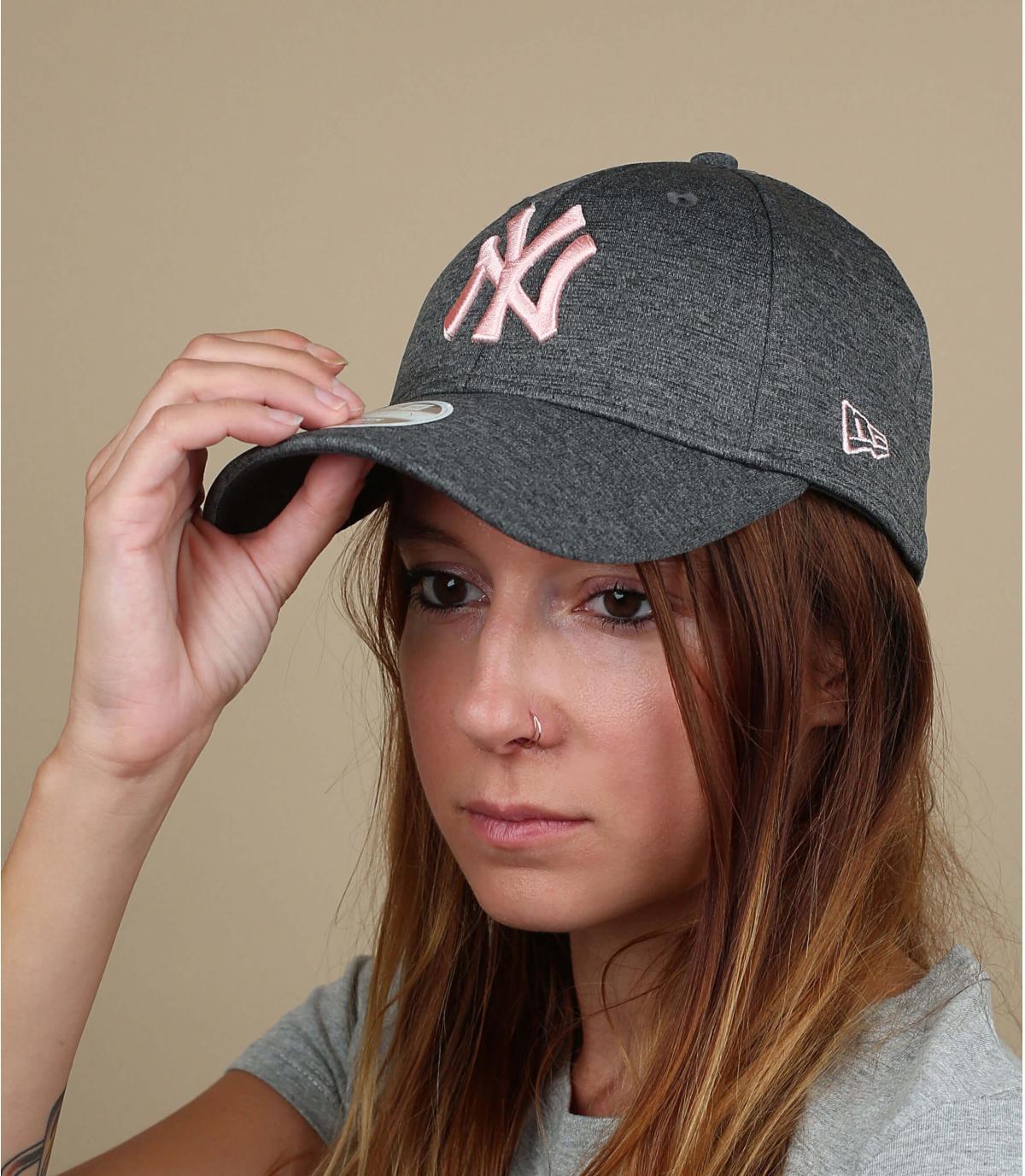 Mujer de sombrero gris rosa NY