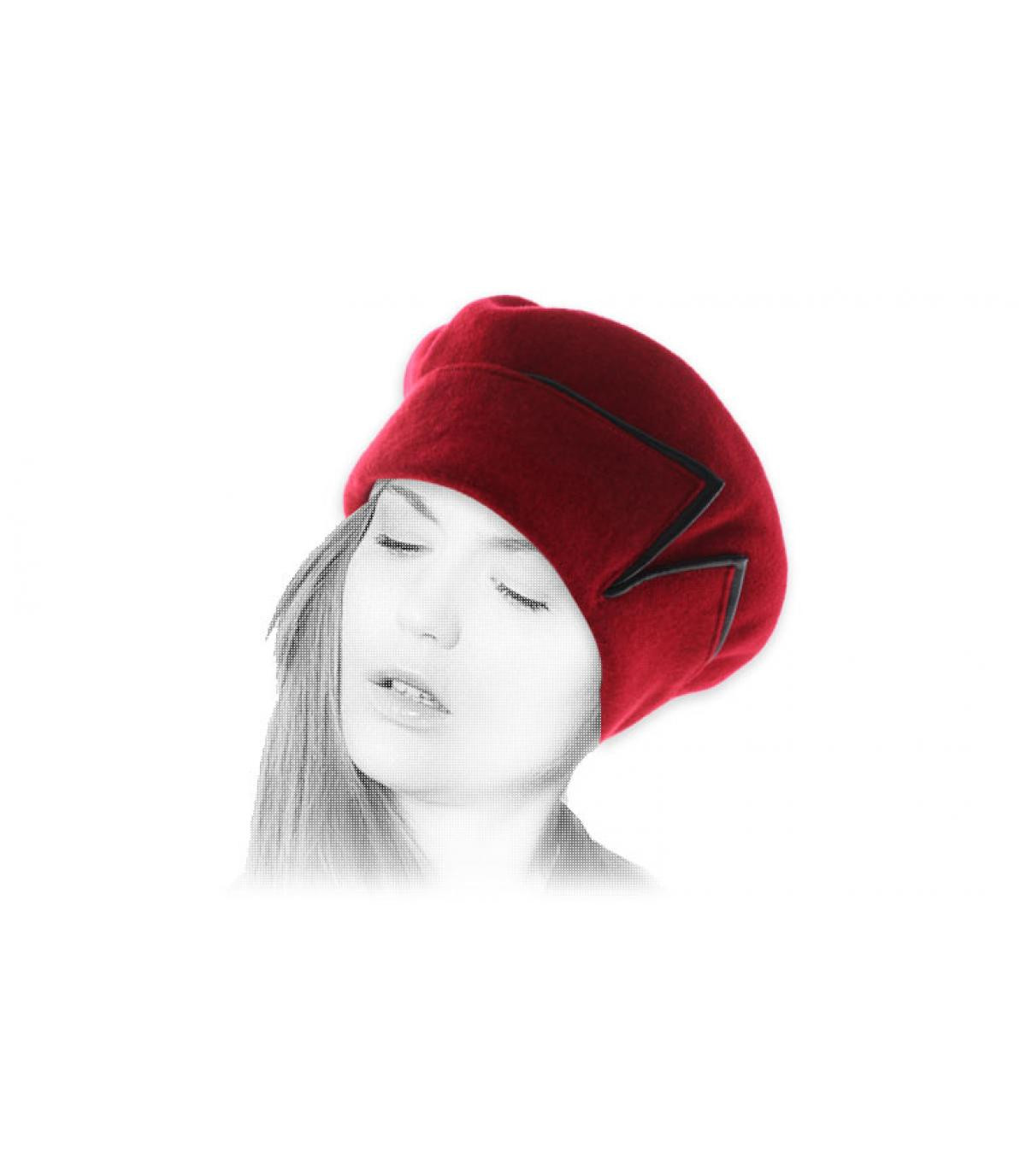 boina roja brazalete de cuero negro