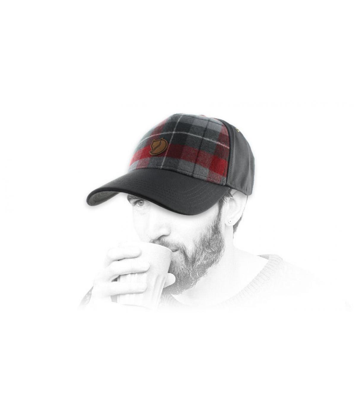 gris curva de gorra a cuadros